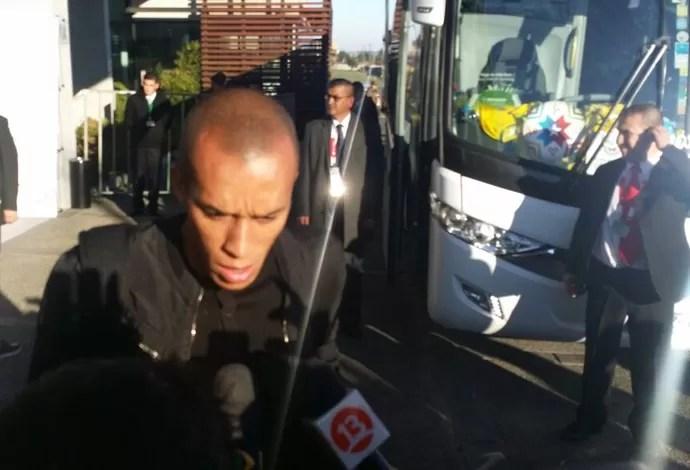 Miranda deixa o hotel da Seleção (Foto: Márcio Iannacca)