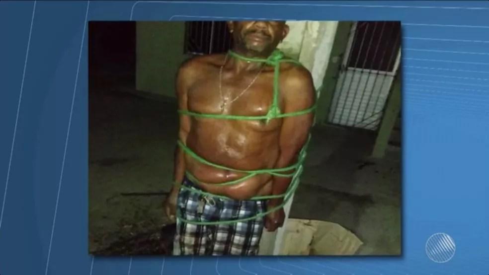 Homem foi amarrado em poste após agredir esposa  (Foto: Reprodução/TV São Francisco)