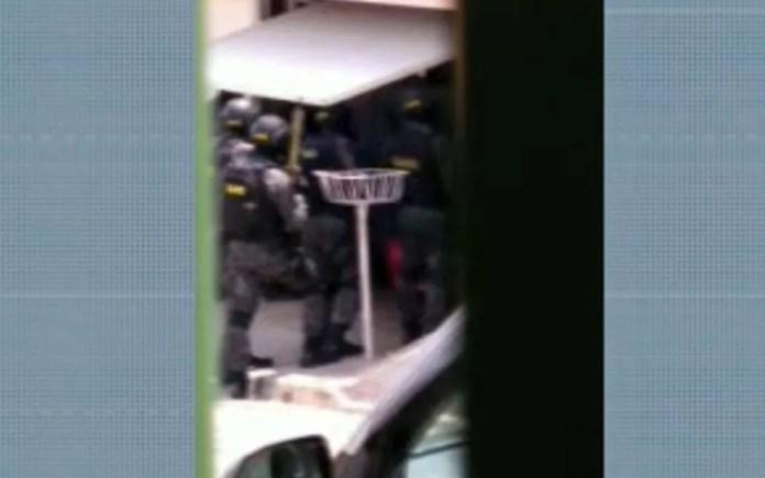 Polícia Militar faz negociação para tentar liberar reféns de criminoso envolvido no assalto no Aeroporto de Viracopos, em Campinas. — Foto: Reprodução/EPTV
