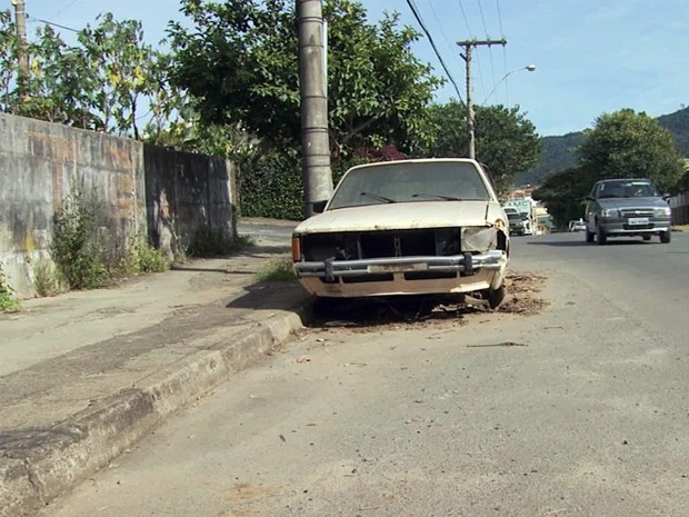Lei quer retirar carros das ruas em Poços de Caldas. (Foto: Reprodução EPTV)