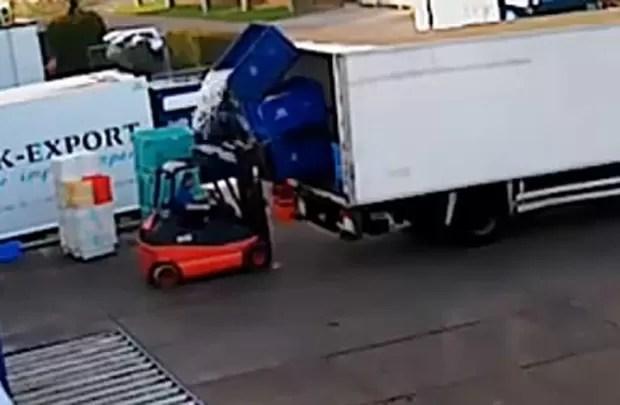 Funcionário polonês levou 'banho de peixe' ao derrubar caixa com a carga em cima de si mesmo (Foto: Reprodução/YouTube/Tony Johns)