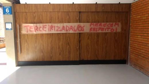 Cartazes espalhados pelo campus Darcy Ribeiro contra a demissão de terceirizados (Foto: Arquivo Pessoal)