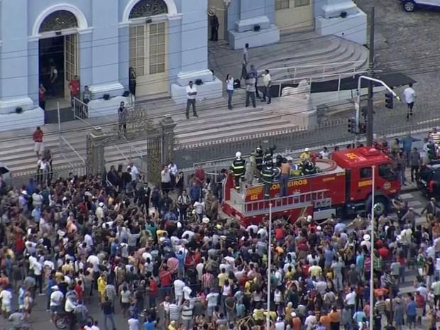 Público acompanha saída do caixão do artista em frente à Assembleia Legislativa de Pernambuco (Foto: Reprodução / TV Globo)