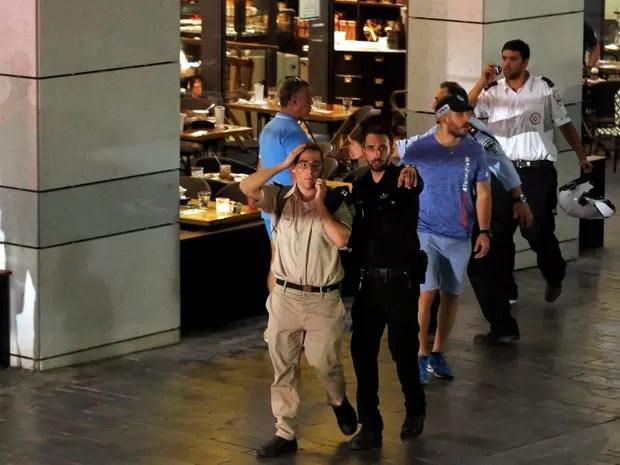 Policial israelenses isola área em que tiros foram disparados nesta quarta-feira (8) em Tel Aviv (Foto: REUTERS/Ammar Awad)