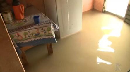 Casas e ruas ficaram alagadas após chuvas na madrugada desta sábado (16), em Sousa, no Sertão da PB — Foto: Reprodução/TV Cabo Branco
