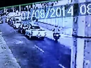 Imagens de câmeras de segurança mostram moto se aproximando do carro da vítima (Foto: Reprodução)