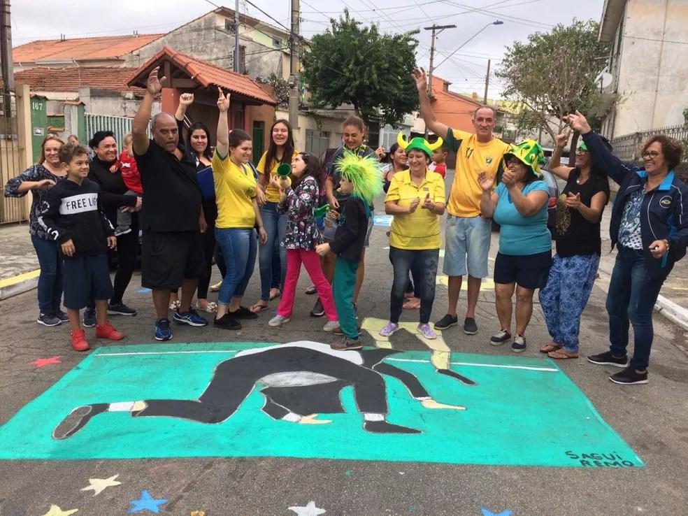 Moradores da rua se uniram na torcida pelo Brasil (Foto: Bárbara Muniz Vieira/G1)