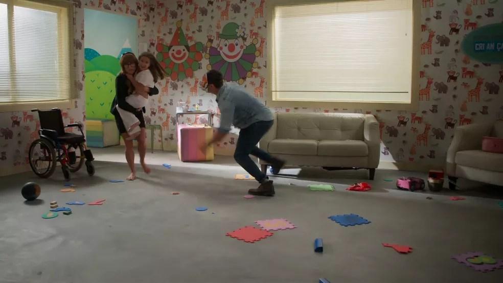 Maria Flor como uma paciente do hospital infantil brinca com Alexia/Josimara (Deborah Secco) e Renzo (Rafael Cardoso) em 'Salve-se Quem Puder' — Foto: Globo