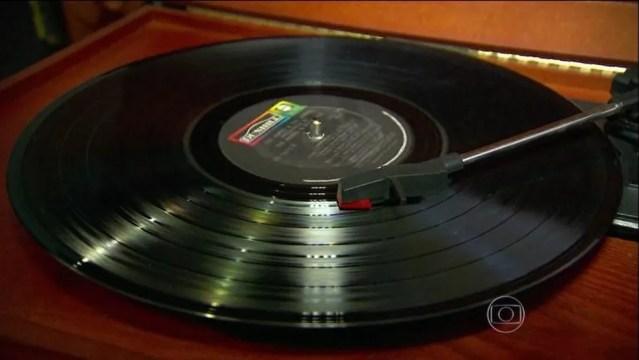 O plástico permitiu que a música fosse gravada e reproduzida (Foto: Reprodução/TV Globo)
