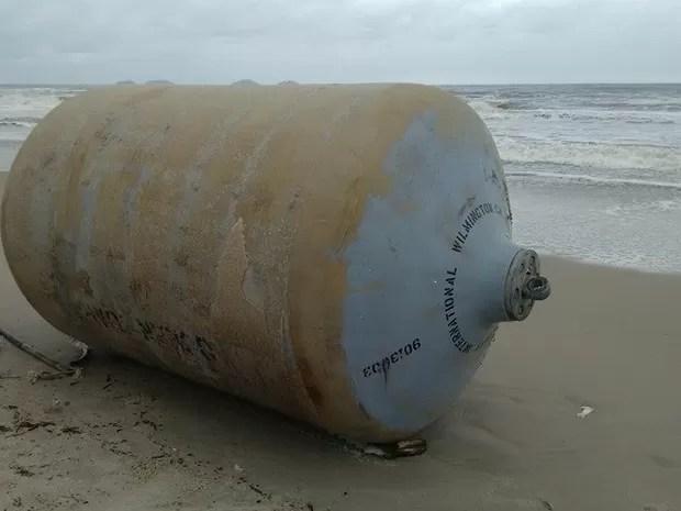 Boia apareceu em praia de São Francisco do Sul (Foto: Bombeiros Voluntários/Divulgação)