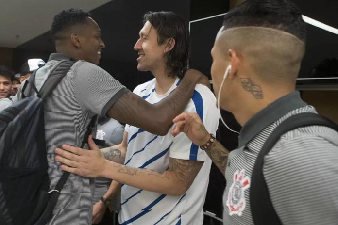 Jô e Cássio se abraçam pouco antes da conquista do título: roteiros parecidos no Timão (Foto: Daniel Augusto Jr. / Agência Corinthians)