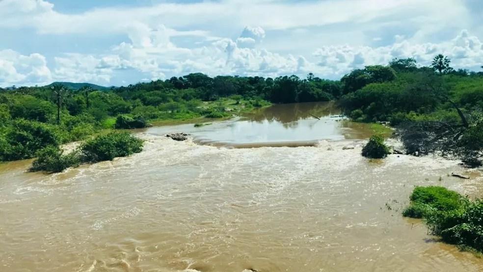 De acordo com Corpo de Bombeiros, volume e correnteza das águas do Rio Piranhas dificultaram as buscas (Foto: Tenente-coronel Jean Benício/ 6° Batalhão de Bombeiros Militar de Sousa - PB)