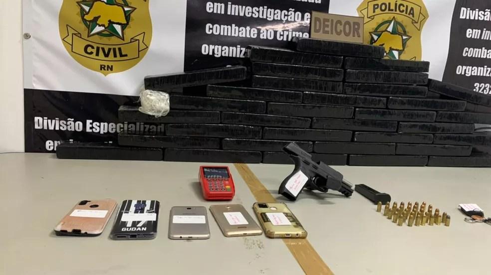 Polícia Civil apreende cerca de 40 tabletes de maconha durante ação em Nova Parnamirim — Foto: Anna Alyne Cunha/Inter TV Cabugi