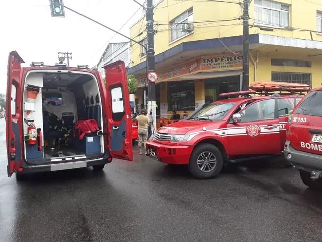 Bombeiros apagaram as chamas em um armazém de madeira em Santos, SP — Foto: Nina Barbosa/G1