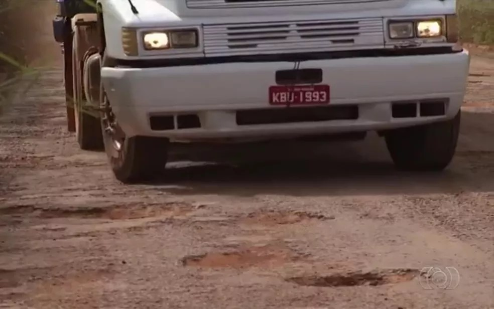 Produtores rurais dizem que somam prejuízos por causa de buracos  na GO-010 (Foto: Reprodução/TV Anhanguera)