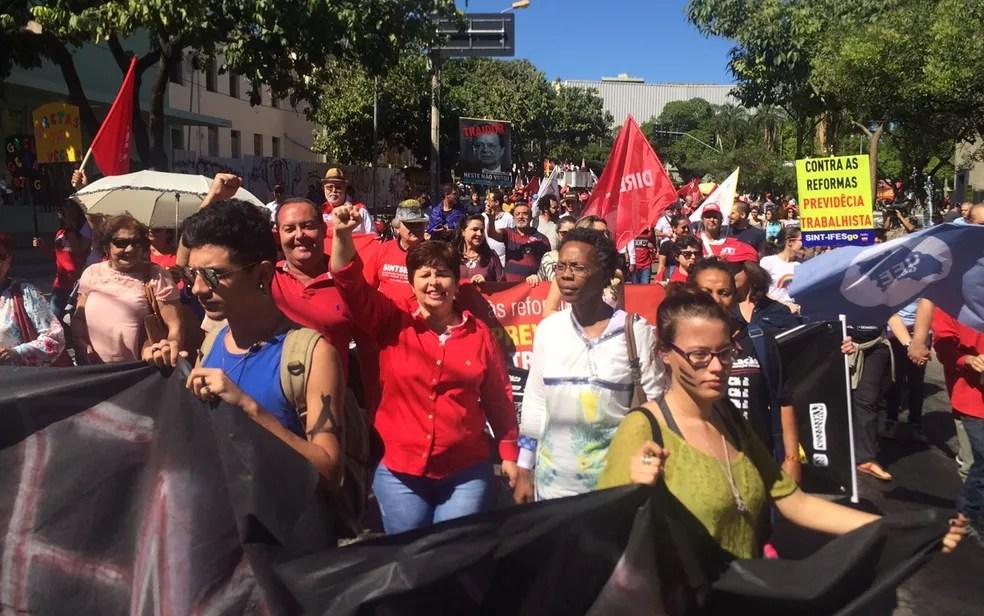 Manifestantes fazem ato em Goiânia contra reformas do governo Temer (Foto: Sílvio Túlio/G1)