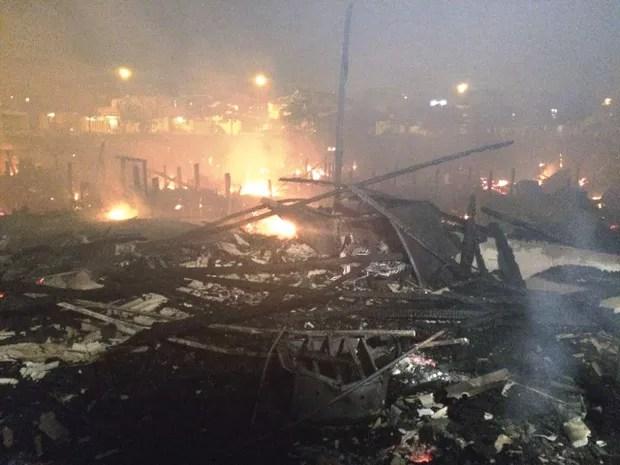 Incêndio destruiu pelo menos 50 moradias (Foto: Adriana Cutino/G1)