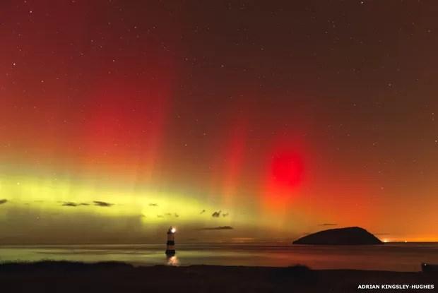 Este espetáculo da aurora boreal sobre Trwyn Du, no País de Gales, foi registrado por Adrian Kingsley-Hughes (Foto: Adrian Kingsley-Hughes)