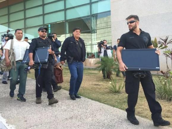 Policiais civis deixam Câmara Legislativa com computadores e documentos apreendidos em gabinetes (Foto: Alexandre Bastos/G1)