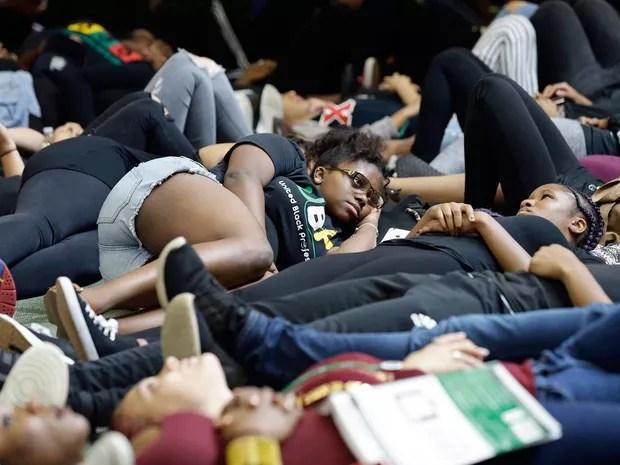 Estudantes da Universidade da Carolina do Norte deitam no chão durante vigília em Charlotte, na quarta (21), em homenagem a Keith Lamont Scott (Foto: AP Photo/Gerry Broome)