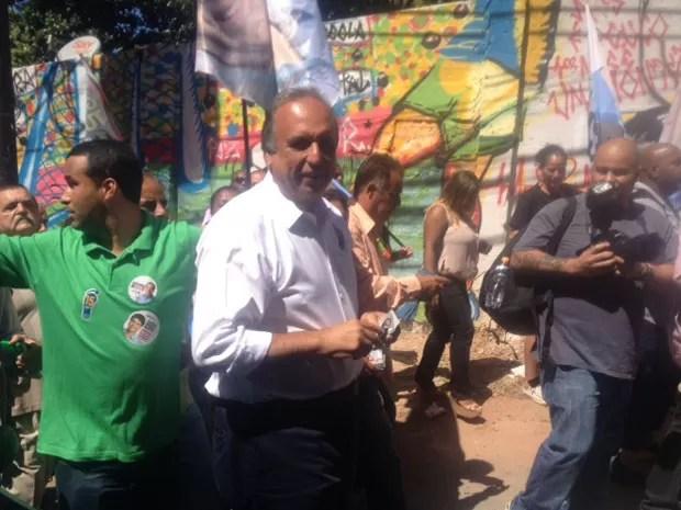 Candidato à reeleição caminhou pela comunidade Tavares Bastos nesta terça (9) (Foto: Janaína Carvalho / G1)