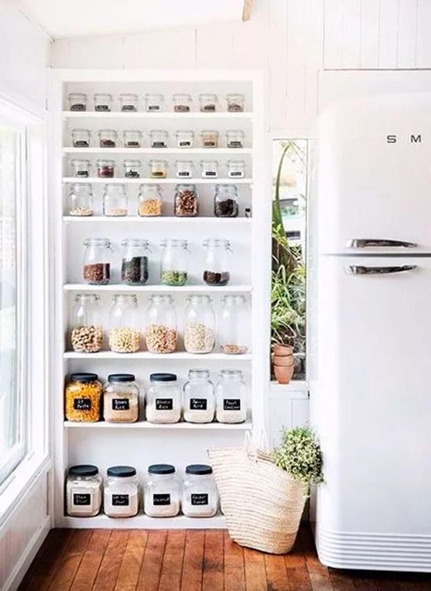 Em vez de gastar dinheiro comprando novos potes de mantimentos, reaproveite os vidros que você já tem em casa. O mantra é reduzir, reutilizar, reciclar, lembra? (Foto: Divulgação)