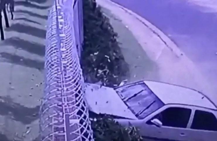 Carro perdeu o controle e bateu em um muro; duas pessoas, entre elas uma criança, foram arremessadas (Foto: Reprodução/TV TEM)