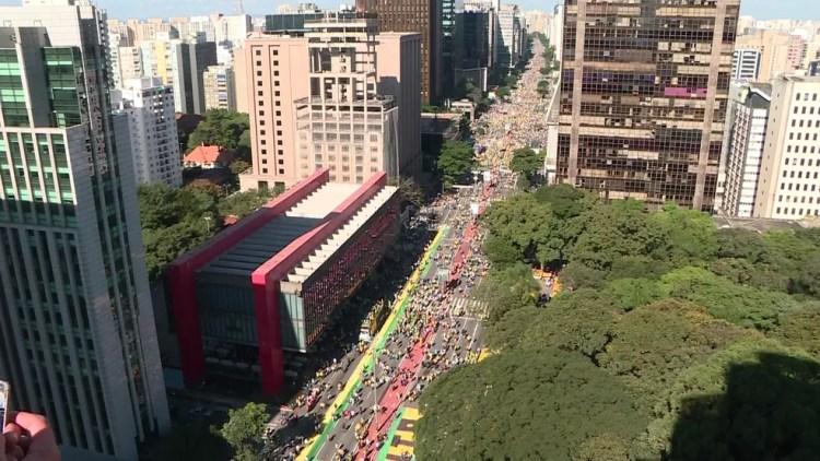 SÃO PAULO - 14h08: Manifestantes fazem ato de apoio ao governo Bolsonaro na Avenida Paulista — Foto: GloboNews/Reprodução