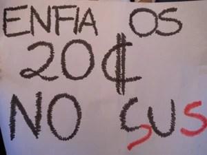 Manifestante defende aplicação do dinheiro na Saude (Foto: Priscilla Souza/ G1)