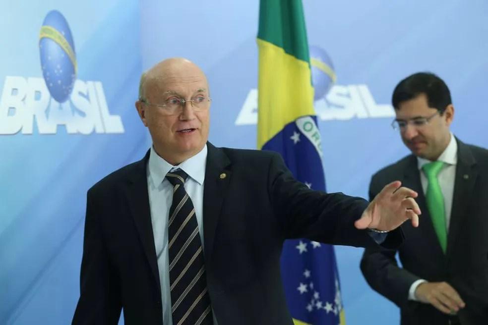 O ministro da Justiça, Osmar Serraglio (esq), durante entrevista no Palácio do Planalto (Foto: Antonio Cruz / Agência Brasil)