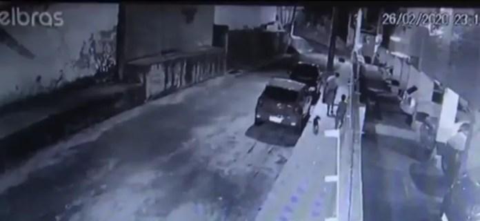 Imagens de câmeras de segurança mostram o momento em que o menino foi levado pelo suspeito em Itabuna — Foto: Reprodução/TV Santa Cruz