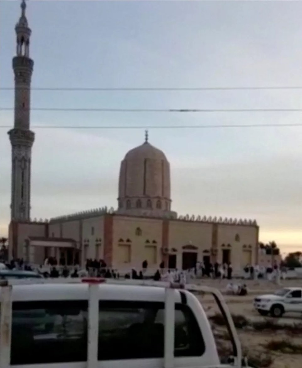 Vista externa da mesquita atacada no Egito (Foto: Reuters)