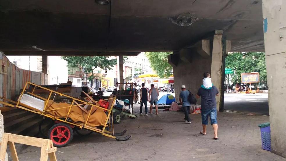 Grupo de sem-teto já voltou a ocupar as calçadas do viaduto; alguns alegam que falta espaço para as carroças na quadra  (Foto: Marina Gazzoni/G1)
