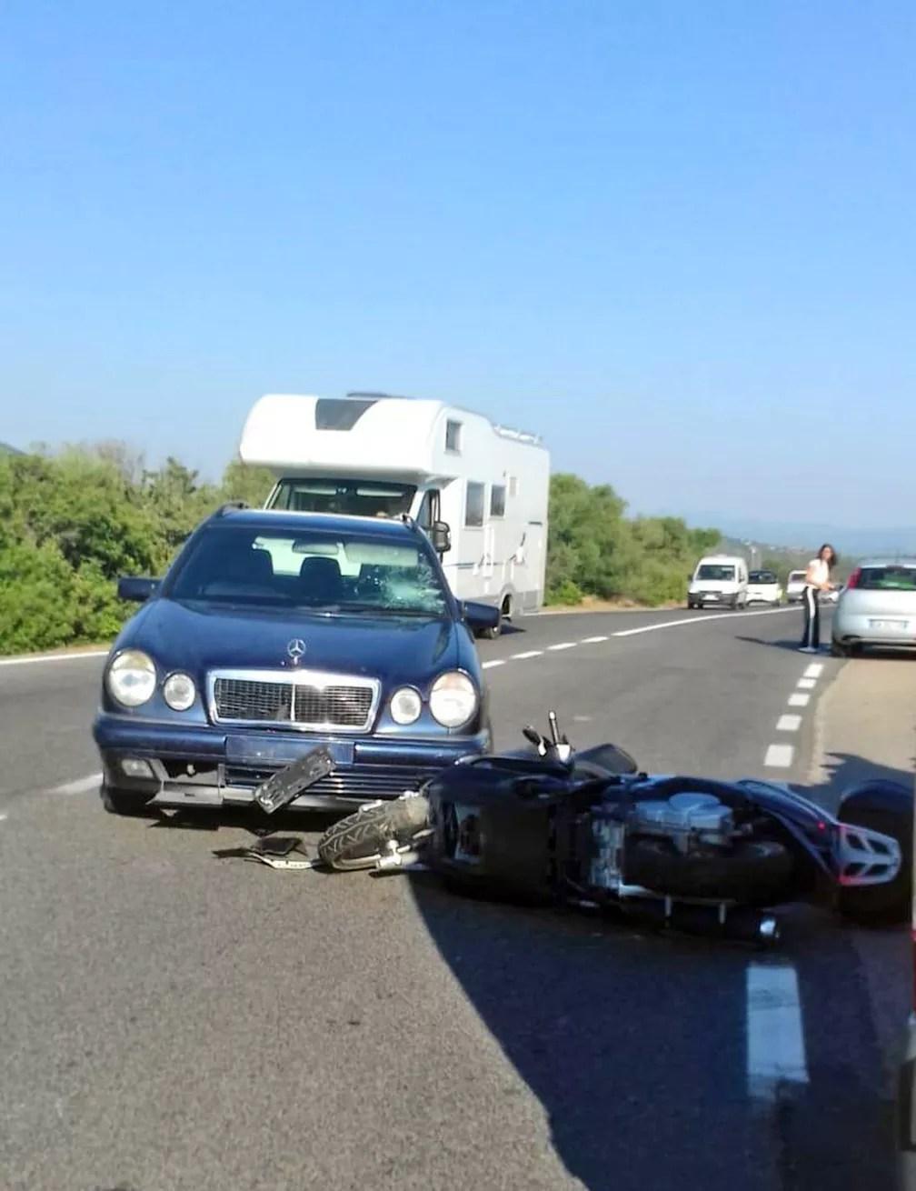Scooter fica caída ao lado de carro, na Itália, após acidente envolvendo o ator George Clooney (Foto: AP Photo/Mario Chironi)