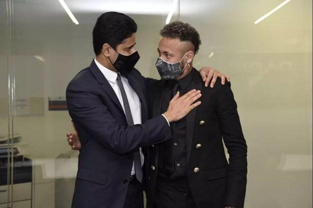 Nasser Al-Khelaïfi, presidente do PSG, e Neymar se abraçam após a assinatura da renovação — Foto: DIVULGAÇÃO / PSG.FR