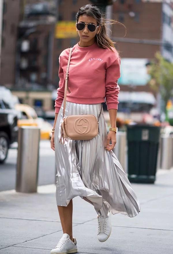 As saias plissadas metálicas apareceram com frequência no street style (Foto: Imaxtree)
