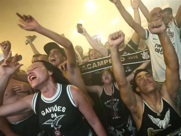 Torcida do Corinthians festeja na quadra da escola de samba da Gaviões da Fiel, em São Paulo (Foto: Daniel Teixeira/Estadão Conteúdo)