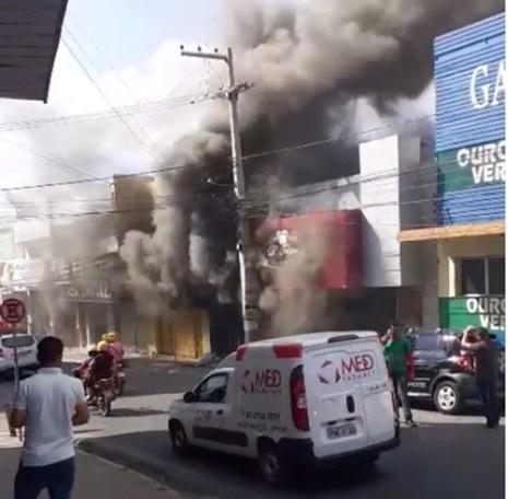 Incêndio foi controlado pelo Corpo de Bombeiros no Centro de Garanhuns — Foto: WhatsApp/TV Asa Branca/Reprodução