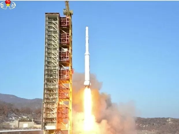 Imagem da TV estatal norte-coreana mostra lançamento do foguete (Foto: Reuters/Yonhap)