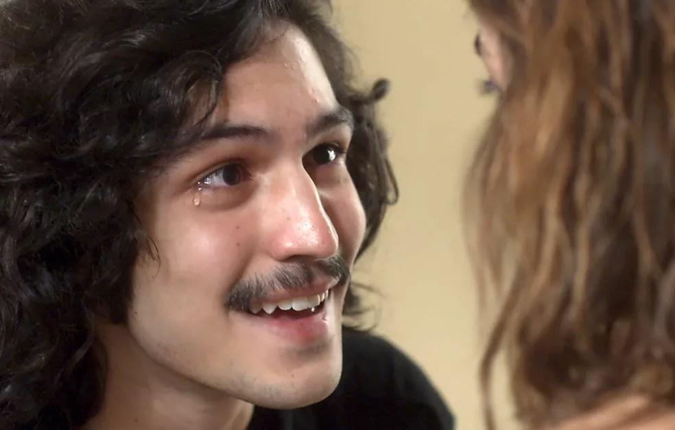 Gustavo se emociona em saber que vai ser pai (Foto: TV Globo)