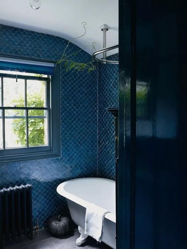 Tendência de cores: tons noturnos e elementos metalizados no banheiro (Foto: Divulgação)