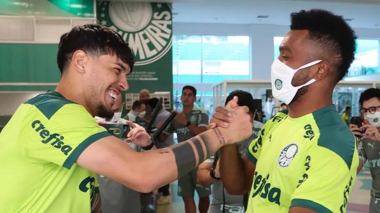 Borja encontra Gustavo Gómez em sua reapresentação ao Palmeiras — Foto: Cesar Greco