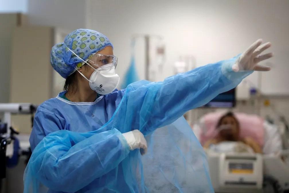 Profissional de saúde com máscara do tipo PFF2 coloca roupa de proteção individual em meio à pandemia de Covid em um hospital em Atenas, na Grécia, no dia 9 de fevereiro. — Foto: Giorgos Moutafis/Reuters