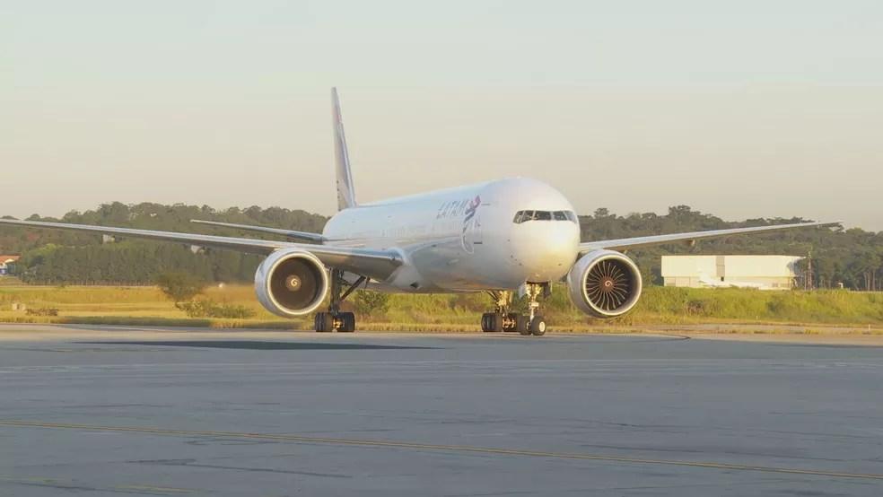 Avião com insumos para a produção da CoronaVac chega ao aeroporto de Guarulhos, em São Paulo, nesta terça-feira (25).  — Foto: Reprodução/TV Globo
