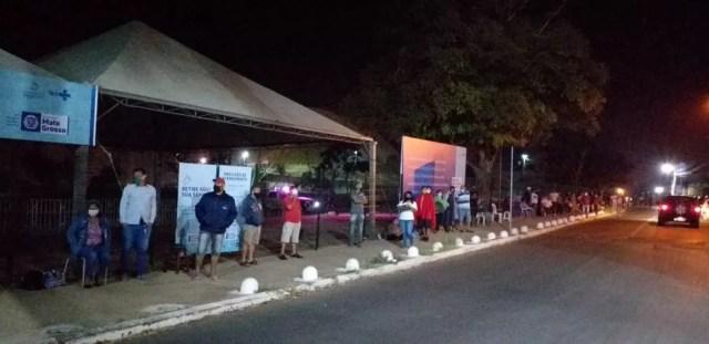Moradores madrugaram para ficar na fila no Centro de Triagem da Covid-19 de Cuiabá — Foto: TV Centro América