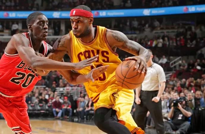 LeBron James e Tony Snell Cavs x Bulls NBA (Foto: Getty)