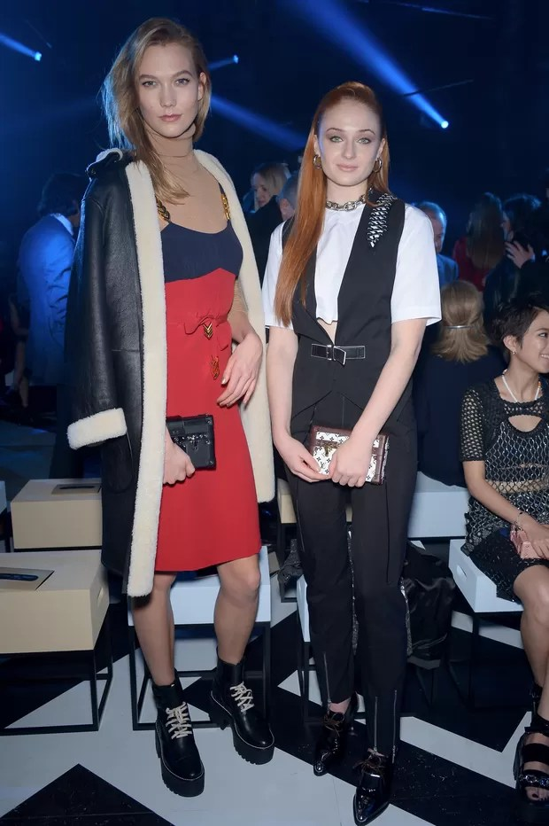Karlie Kloss e Sophie Turner assiste ao desfile da Louis Vuitton em Paris (Foto: Getty Images)
