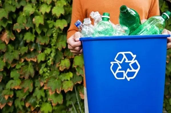 O plástico reciclado das garrafas PET pode ser usado em peças de vestuário a móveis  (Foto: Thinkstock)