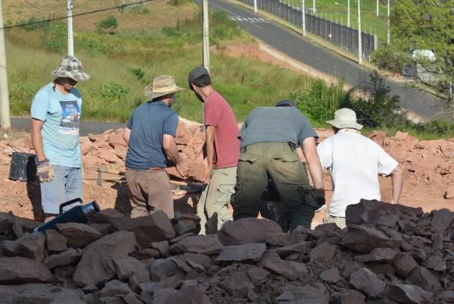 Pesquisadores realizam escavações em sítio paleontológico em Presidente Prudente — Foto: Stephanie Fonseca/G1