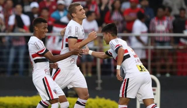 Lyanco, David Neres e Luiz Araújo comemoram gol do São Paulo (Foto:  Rubens Chiri/saopaulofc.net)